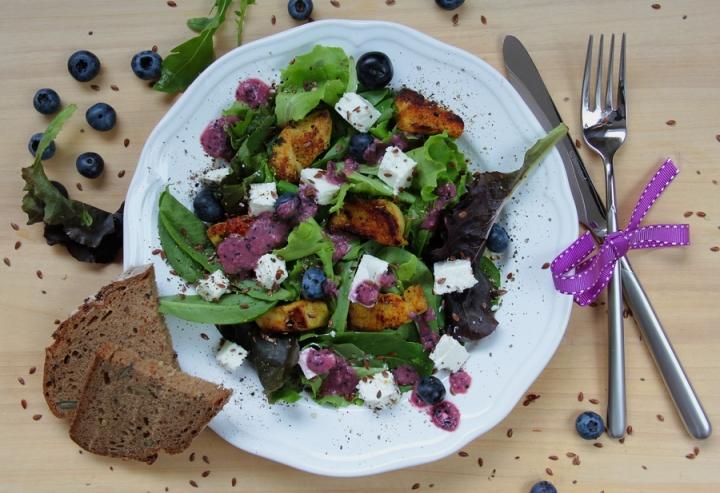 Salat mit Huhn und Heidelbeere
