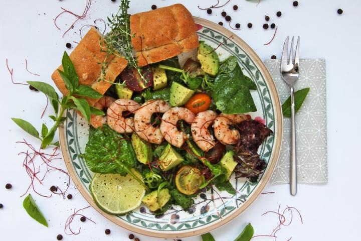Salat mit Avocado und Garnelen